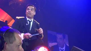 ROBBIE WILLIAMS signing stuff / fan part of the show  - Oslo 13/05/2014