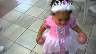 Moana dançando no aniversário de 1 no