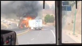 Se impactan dos tráileres en la carretera Chamapa-La Venta Video Incendio