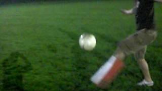 Der Stuppi spielt mit Holzbein Fußball
