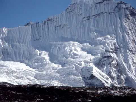 Rennfahrer Bieberle's Rundblick auf die Eiswaende rund um Chukung (4.730 m)