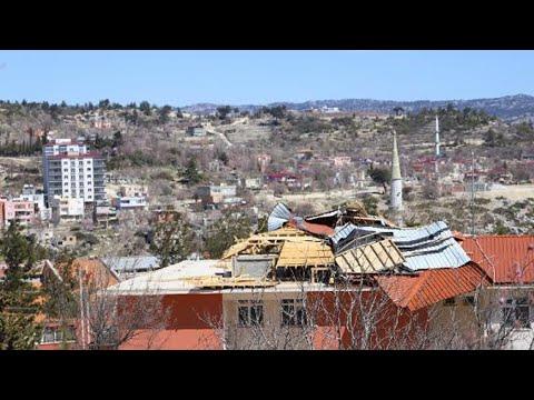 Mersin'de fırtına seraları yıktı, evlerin çatılarını uçurdu
