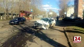 В авария результате ДТП автомобиль врезался в жилой дом