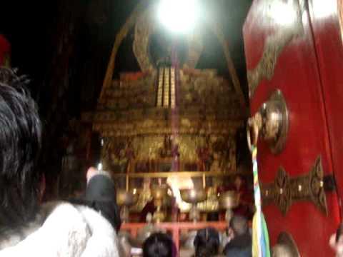 08 Prof. Juan Lázara filma capilla de Panchen Lama en Shigatsé.MPG