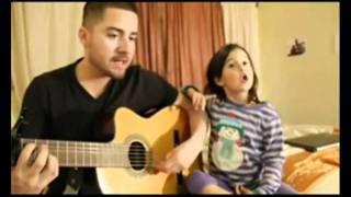 Pai e filha cantando HOME legendado