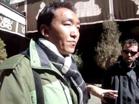 01 Prof. Juan Lázara filma el Jokhang Temple en Lhasa.MPG