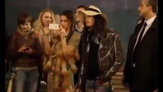 Aerosmith Steven Tyler sing with the street musician Moscow