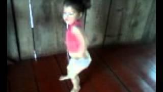Menina de dois anos dançando