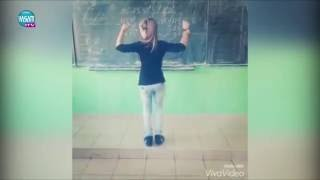Ученичка върти гюбеци, пред училищна дъска