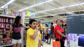 AMAZING KARAOKE BOY SINGS LET IT GO IN GROCERY STORE