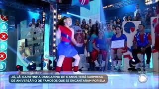 Garotinha de 6 anos arrasa dançando no palco do Domingo Show