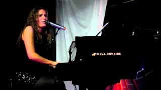 Maria Toledo cantando un fandango en la sala onix (Trigueros)