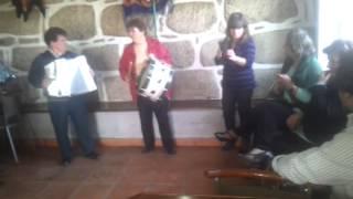 Video 7 Convivio Amigos da Borga a Tocar Concertina e Cantares Depois Comer pica no Chão no Cafe Mad
