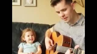 Niña que canta con su papa