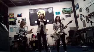 Arctic Monkeys – Old Yellow Bricks (Paint it black cover)