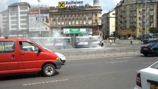 Kigyulladt  busz oltása a Boráros-téren