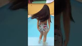 Menina daçando funk na piscina