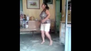 Mulher dançando. (Música: A flor do desejo do maracujá)  Maria José