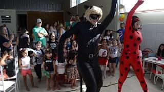 As crianças dançando com a Ladybug e o catnoir ( Magia das festas)