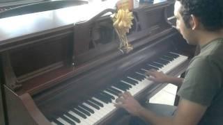 el tubero de sementales tocando piano