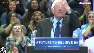 Bird lands on Bernie Sanders' Podium Crowd Goes Wild both views Full