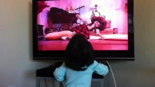 Olivia assistindo A Bonequinha