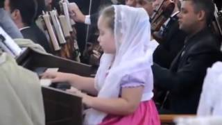 Menina de 6 anos tocando órgão dom de Deus ccb