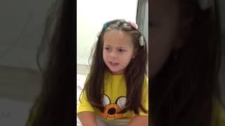 Minha irmã cantando Moana