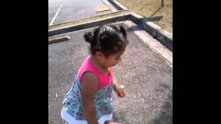 Ana livia brincando no estacionamento