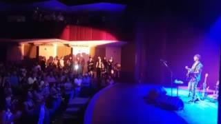 Zeca Baleiro canta telegrama e plateia faz coro