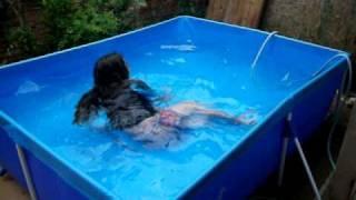 Tomando banho de piscina