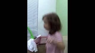 Menininha cantando U2