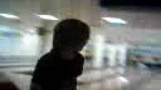 Macho-Man visar hur bowling går till:D