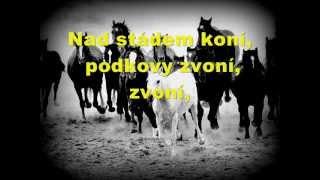 Buty - Nad stádem koní + text