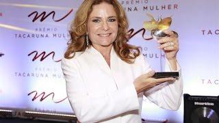 Patrícia Raposo recebe prêmio do Tacaruna mulher