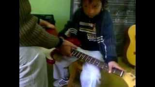 Niño de 4 años AUTODIDACTA en la Música