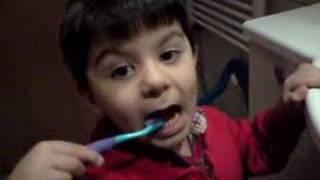 Dis fircalayan cocuk , Cihan Ali Masallah. Kind putzt Zähne