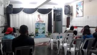 Igreja Deus é Amor irmã Talita Louvando corinho