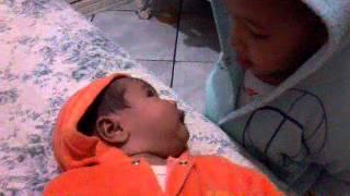 Beijo de irmão pra irmã