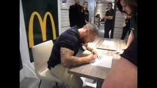 Séance signature de Luke McAlister dans le McDonald de Place Esquirol à Toulouse.
