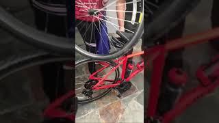 Larry Hernandez quiere arreglar la bici en la que se cayó 1/18