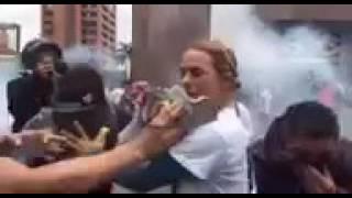 Valiente mujer! Lilian se mantiene firme en las protestas