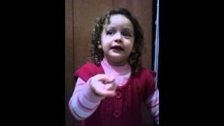 Ana Livia cantando a m�sica da Pantera Cor de Rosa