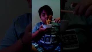 Anak ku makan mie pedas