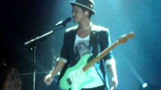Bruno Mars being a flirt (live at the SECC, Glasgow)