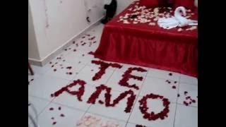 Decoração romântica com pétalas de rosas