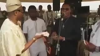 MAN SINGS YINKA AYEFELE STYLE OF MUSIC WHILE SERVING HIMSELF WITH  MONEY