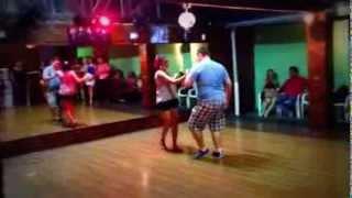 Professora Sinara e Cierre dançando de improviso Bachata