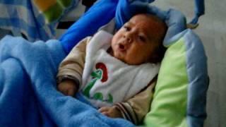 Bebé se tranquiliza con ruido de la aspiradora.-