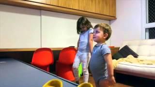 Lelê e Tiago dançando Lego Friends